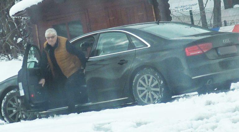 Gest rușinos făcut de unul dintre cei mai mari antrenori români la marginea șoselei. Imagini șocante cu Ioan Andone, prins în ofsaid, cu pantalonii desfăcuți   VIDEO EXCLUSIV
