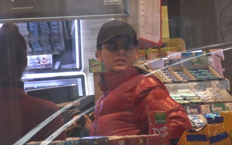 Lavinia Pârva prinsă cu ditamai sandvișul în gură, în benzinarie! Atenție la kilograme! Dacă o ține tot așa, Bănică jr îi dă papucii! VIDEO EXCLUSIV