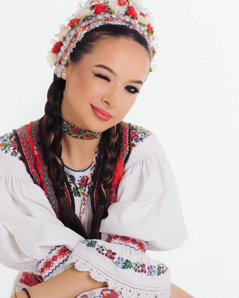 """Fanii sunt convinşi că Vlăduţa Lupău şi Andra sunt rude: """"Ce mult semănaţi! Două surori frumoase!"""" Cum s-au pozat cele două artiste"""