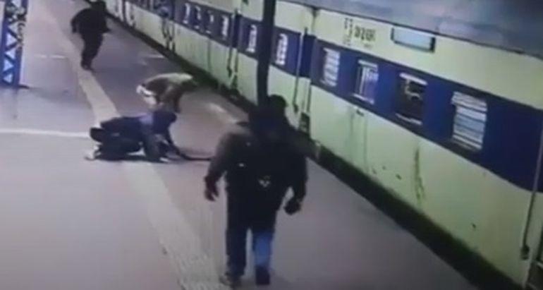 Imagini șocante! Un bărbat a văzut moartea cu ochii, după ce era să ajungă sub vagoanele unui tren în mişcare