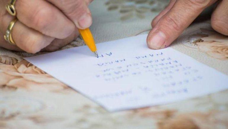 """Un preot din Iași ține slujbe pentru cei afectați de coronavirus și strânge pomelnice pe Facebook: """"Ne pot trimite în comentarii un pomelnic cu cei dragi"""""""