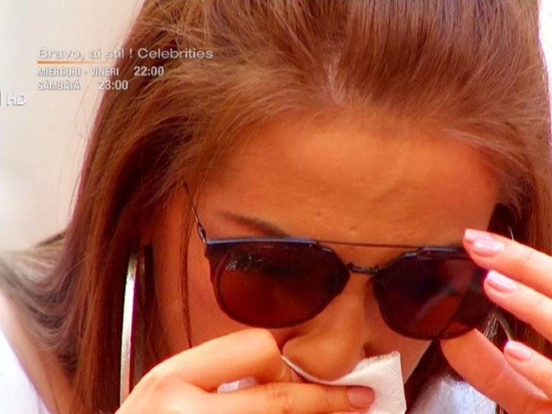 Andreea Oprică este consolată de Berna, după ce a izbucnit în lacrimi