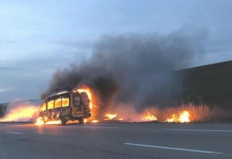 Video șocant! Un microbuz din Botoșani a luat foc