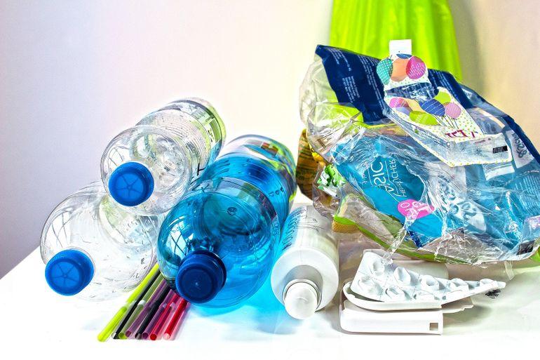 Anunt oficial. Ministerul Sanatatii: Cat rezista COVID-19 pe plastic si inox, carton sau cupru