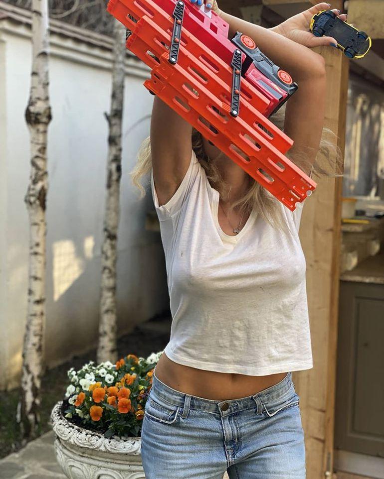 """Anna Lesko, """"joacă periculoasă"""", în curtea casei! Cântăreața nu se potolește cu aparițiile fierbinți"""