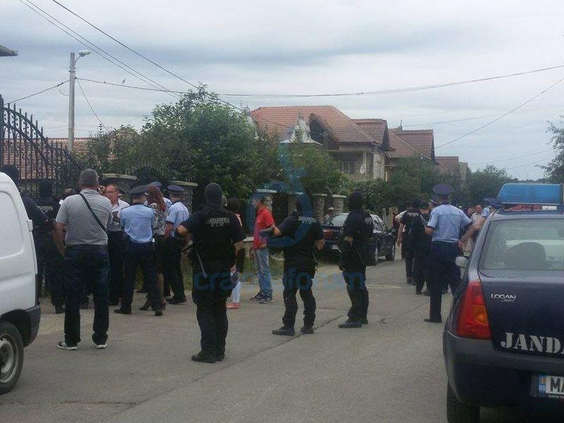 """Video șocant din Craiova. Ce au pățit polițiștii la poarta unui bărbat: """"Tai 20 din voi!"""""""