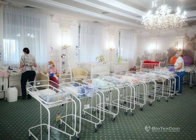 """Drama celor 50 de bebeluși născuți din mame """"de împrumut"""", la care părinții nu pot ajunge! Mai multe cupluri de români au plătit 40.000 euro și nu-și pot vedea copiii decât în poze"""