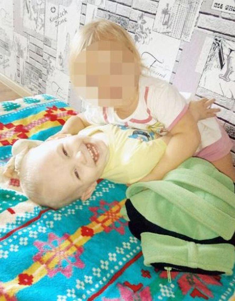 O mamă și-a închis copiii în casă, timp de 9 zile, și a plecat în vacanță cu iubitul! Este groaznic cum au fost găsiți