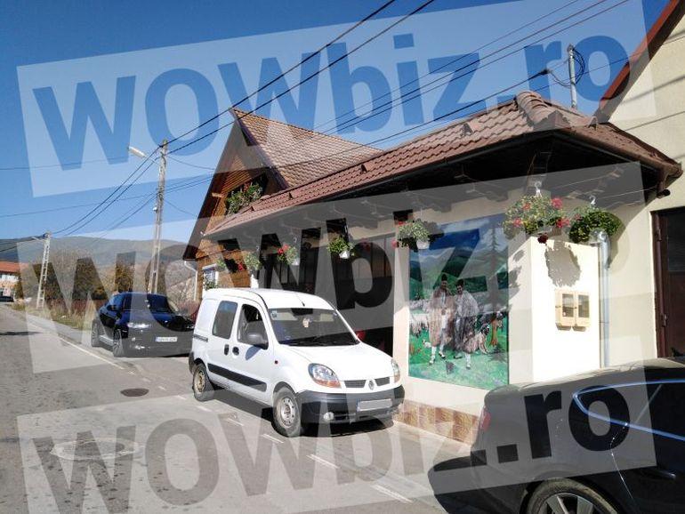 Iancu Sterp are cea mai tare casă din sat! Are la intrare un portret în mărime naturală, cu el cioban FOTO EXCLUSIV