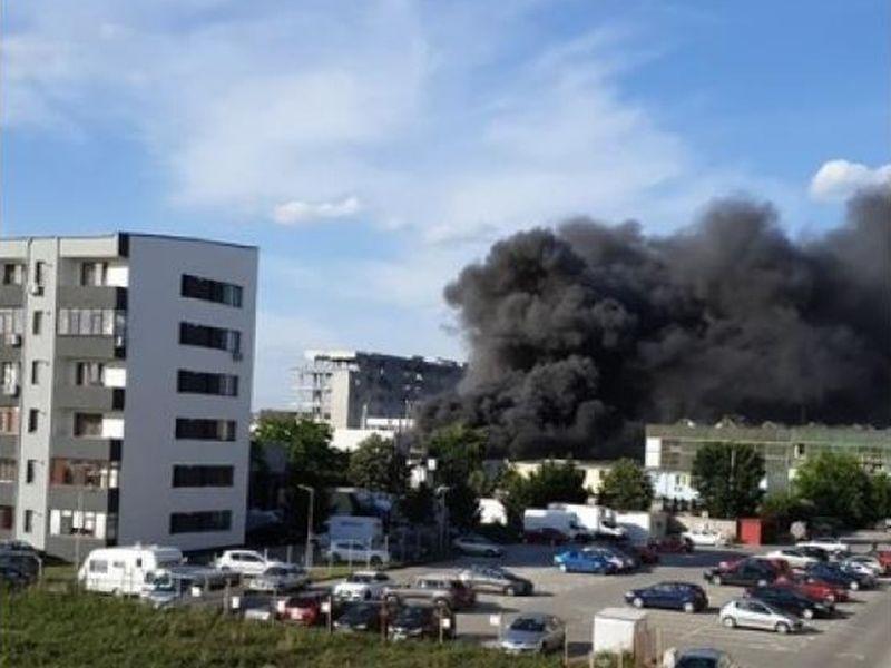 Incendiu violent în sudul Capitalei! Există pericol de extindere