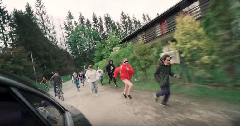 Selly, cu mașina vandalizată și atacat cu făină! Vloggerul a luat foc: