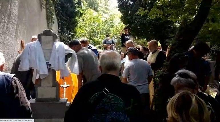 Imagini dureroase de la mormântul lui Costin Mărculescu! Trupul neînsuflețit a fost băgat în groapă