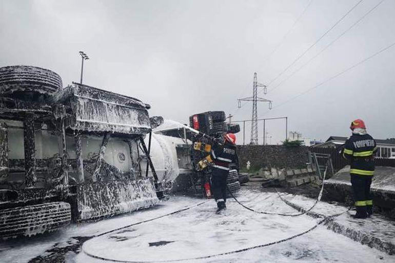 """Pericol de explozie pe Autostrada A1. Momentul în care o martoră a văzut cum o cisternă cu 33 de tone de combustibil s-a răsturnat: """"Sper mă întorc acasă"""""""