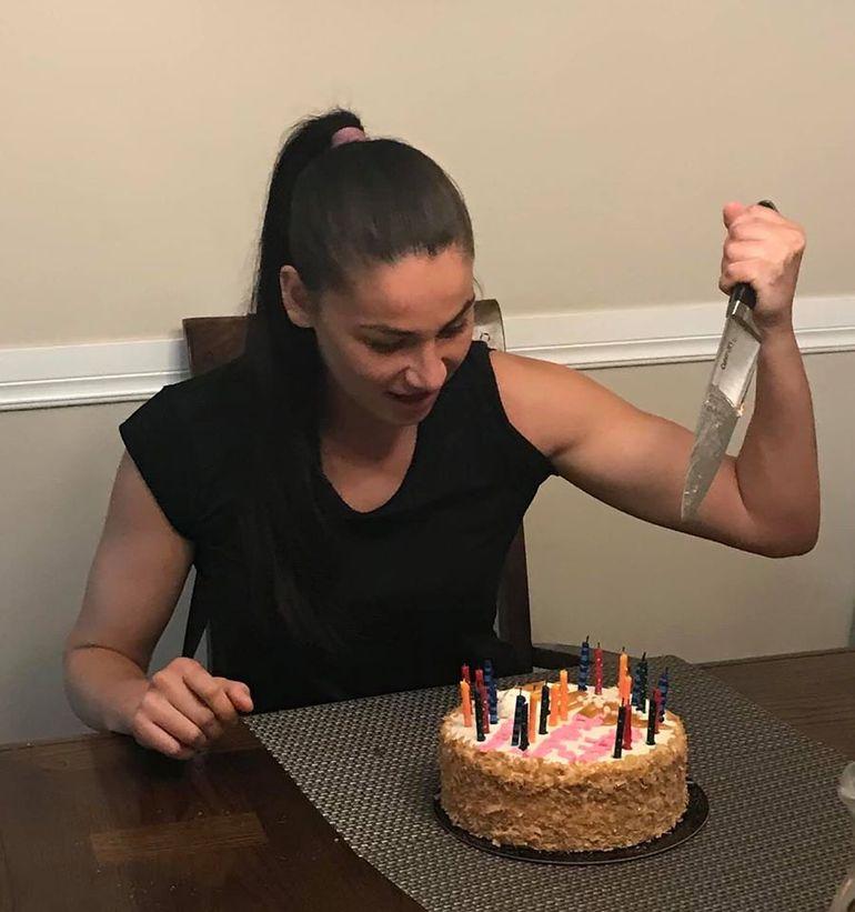 Diana Belbiță s-a înfuriat că a primit un tort de ziua ei! Prințesa războinică a înfipt cuțitul în prăjitură! FOTO