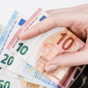 Se dau bani de la stat! Cine poate primi 2.000 de euro de la Guvern?