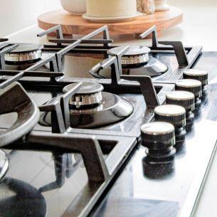 CURĂȚAREA ARAGAZULUI.  Cu ce se curăță ochiurile și grătarul de la aragaz? Cea mai bună soluție!