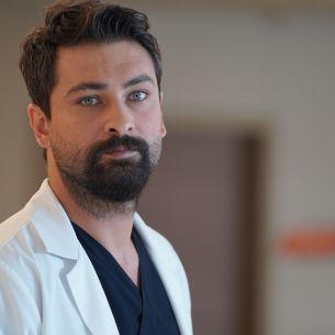 """OnurTuna, fascinantul Dr.Ferman Eryiğit,dinserialul """" Doctorul minune"""":""""Mă trezesc devreme,la5.30, meditez și compun muzică!"""""""
