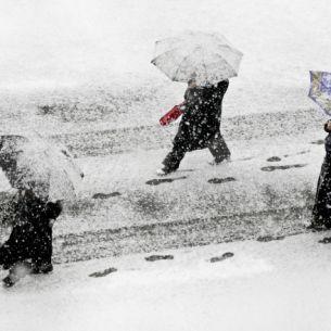 Prognoză meteo ANM luni, 11 octombrie. Vremea se răcește drastic în toată țara. Ninsorile pun stăpânire pe mai multe regiuni din România. Unde va ninge