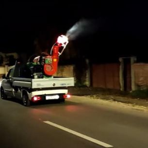 """O mașină care făcea dezinfecție pe străzi a înspăimântat locuitorii din Brașov: """"Împrăştie COVID-ul, aşa ne omoară"""""""