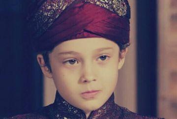 """Cagan Efe Ak (Printul Murat), micul actor din serialul """"Kosem"""" care a uimit fanii cu talentul lui! Iata cum a patruns acesta in lumea artistica a Turciei si cum arata familia sa"""