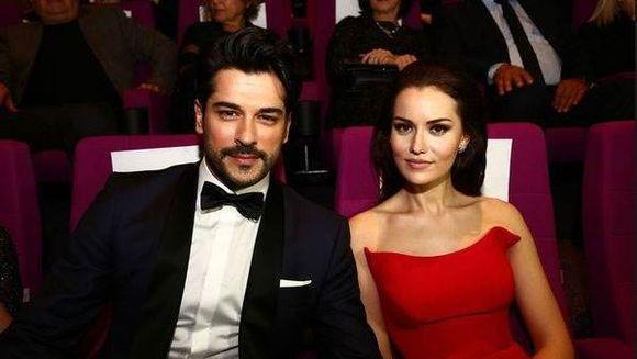 Burak Ozcivit (Kemal) si Fahriye Evcen, scene emotionante si pline de iubire in primul lor videoclip! Iata ce cuplu frumos formeaza cei doi indragostiti si ce voci fascinante au!