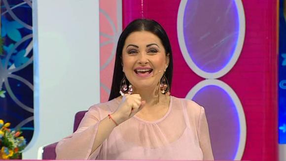 GABRIELA CRISTEA, schimbare de stil vestimentar! Iata cum a decis prezentatoarea TV sa se imbrace de cand a inceput sa i se vada burtica si la ce tip de incaltaminte a recurs!