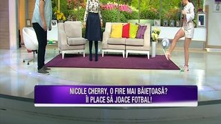 """Nicole Cherry adora sa joace fotbal! Iata ce demonstratie de talent a facut artista in platoul """"Teo Show""""!"""