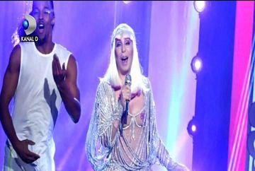 Divele internationale sfideaza varsta si arata din ce in ce mai sexy! Cher aproape goala pe scena, la 71 de ani! Imagini incredibile!