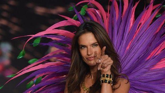 """Supermodelul brazilian Alessandra Ambrosio, confundata cu o actrita din """"Dragoste infinita""""! Ar putea oricand sa se lase de actorie si sa defileze in lenjerie intima! Uite despre cine este vorba!"""