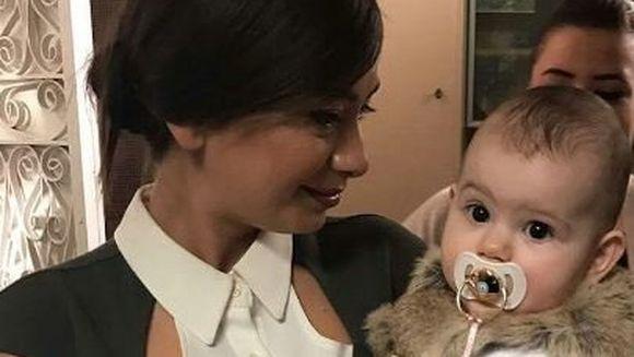 """Micuta DENIZ, bebelusul minune din """"Dragoste infinita"""" a devenit mascota preferata a tuturor actorilor din distributia serialului! Vezi cat de fascinati au fost de gingasia fetitei chiar si neinfricatul Tufan sau insensibilul Galip!"""
