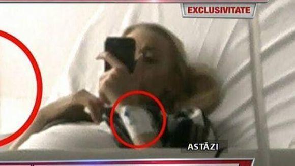 """Imagini exclusive de astazi! Denisa Manelista arata tot mai bine! A fost surprinsa la spital, in timpul controlului medical: """"A stat pe telefon, este putin slabita, dar nu arata rau"""""""