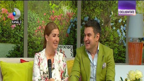 """Adi de la Valcea si sotia sa, Cristina sunt mai indragostiti ca oricand, dupa 20 de ni de casnicie! Iata cum au raspuns la intrebarile indidcrete lansate de micuta Maria, coprezentatoarea """"Teo Show""""de astazi!"""