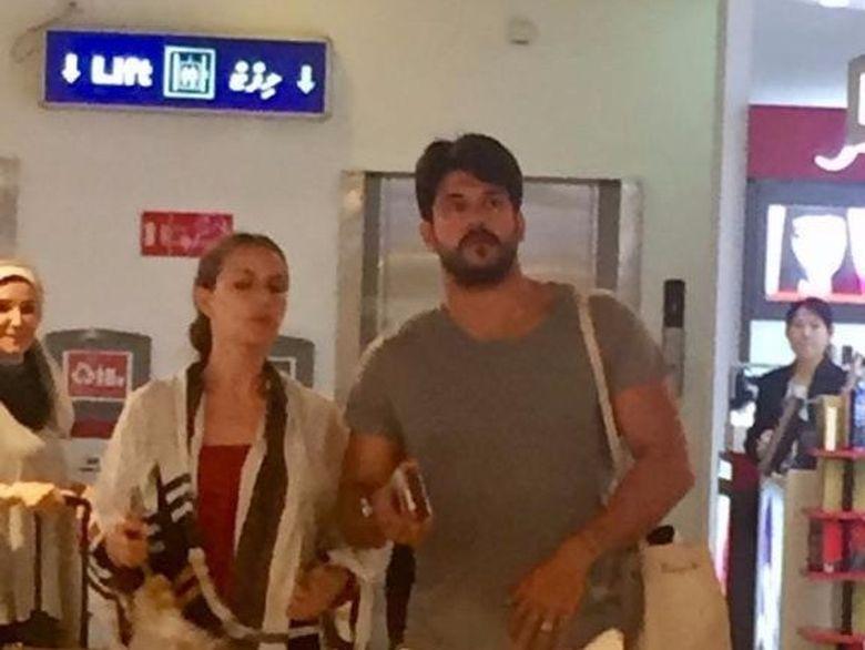 """""""Kemal"""" s-a intors din luna de miere! Actorul Burak Ozcivit si sotia sa au fost fotografiati in timp ce asteptau avionul catre Turcia! Fanii au ramas cu gura cascata cand au vazut ce au mancat cei doi in sala de asteptare"""