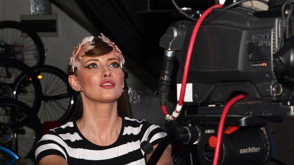 """Iulia Albu a trecut in spatele camerei de filmat! Mai sunt doar patru zile pana la marea finala """"Bravo, ai stil!"""", iar vedetele """"isi fac de cap"""" in culise"""