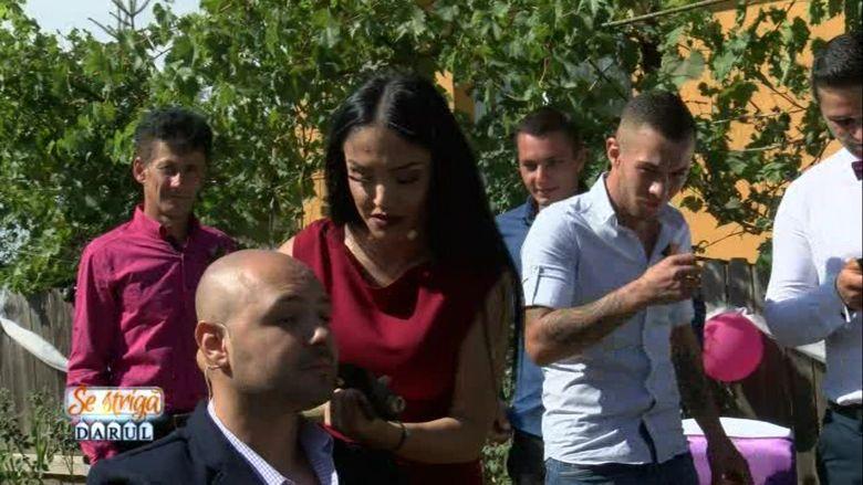 Andreea Mantea, barbierul din Oltenia! Imagini fabuloase cu frumoasa prezentatoare, la o nunta, cu toporul in mana!