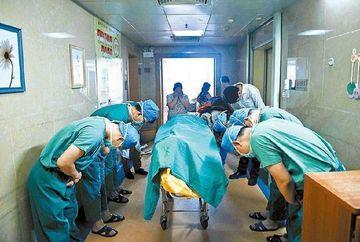 Sub ochii inlacrimati ai mamei, i-au scos trupul neinsufletit din sala de operatie, acoperit cu un cearsaf albastru. Motivul emotionant pentru care TOTI medicii si-au plecat capul, in semn de respect pentru baietelul de 11 ani