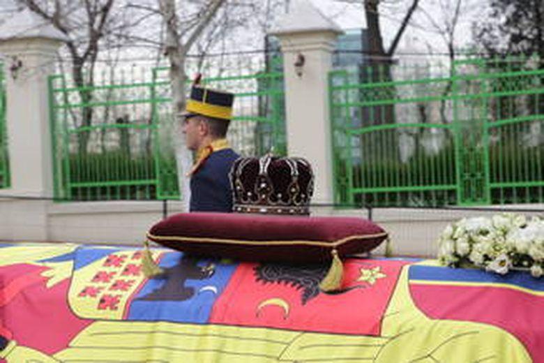 Atmosfera de la Curtea de Arges, cu cateva ore inainte de inmormantare: Incep să se adune oamenii care vor să-l conducă pe Regele Mihai pe ultimul drum