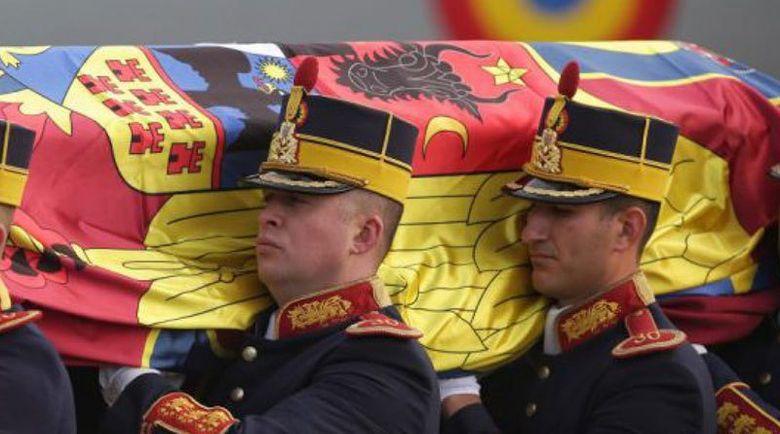 Romania isi ia RAMAS BUN de la Regele Mihai. ULTIMUL DRUM, parcurs cu trenul regal, la Curtea de Arges/ Peste 20.000 de oameni l-au aclamat si aplaudat pe rege in Bucureşti, de-a lungul procesiunii funerare