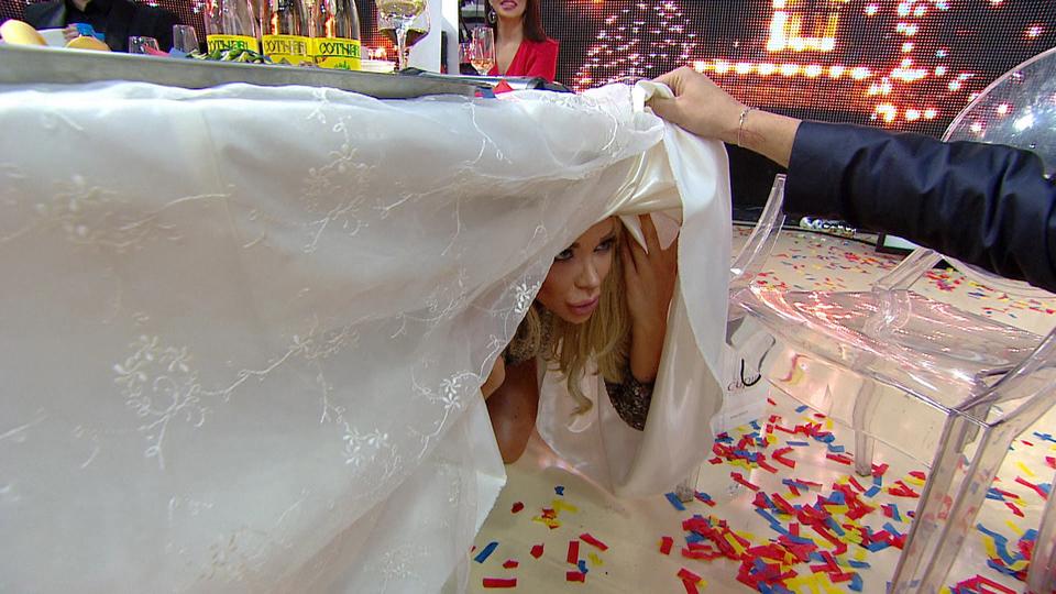Ce cauta Bianca Dragusanu sub masa? Nu pierde momentul halucinant in noaptea de Revelion, la Kanal D, incepand cu 22.00