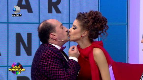 """Momente de senzatie la """"Roata Norocului"""" de Revelion! Ana Barnoschi si Romica Tociu s-au sarutat in vazul tuturor! Iata cum au reactionat colegii lor!"""
