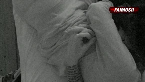 Cea mai intriganta faza din editia Exatlon de sambata: doi Faimosi, au aparut, pret de cateva secunde, dormind impreuna in acelasi pat, tinandu-se de mana. Despre cine este vorba