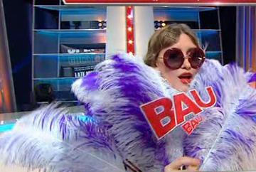 """Iulia Albu, aparitie uluitoare in platoul """"Wowbiz""""! """"Am avut un accident vestimentar!"""" Iata ce note au primit de aceasta data vedetele analizate de Iulia si catre cine s-au indreptat trofeele Wow si Bau!"""