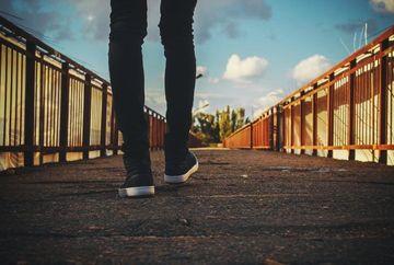 3 beneficii pentru sanatate ale mersului pe jos la birou
