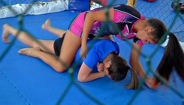 A fost bataie intre doua concurente de la Exatlon! Faimoasa Diana Belbita si razboinica Diana Kovacs au intrat in cusca pentru un meci de MMA! Cine a castigat lupta