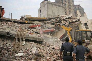 Tragedie la periferia orasului: un bloc de 6 etaje s-a prabusit peste o cladire de 4 etaje! Cel putin 50 de oameni sunt prinsi sub darmaturi