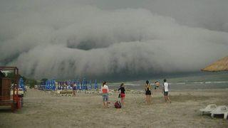 Imagini socante pe litoral: o furtuna apocaliptica a devastat plaja din Mamaia! Turistii au fost luati prin surprindere VIDEO