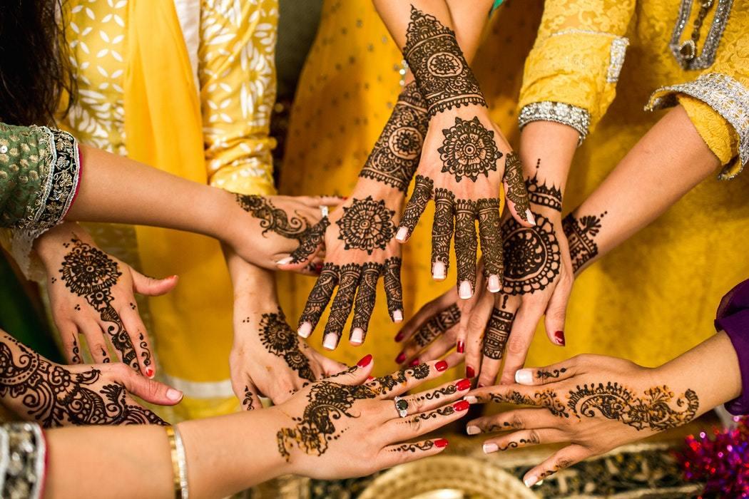 Cat tine un tatuaj cu henna