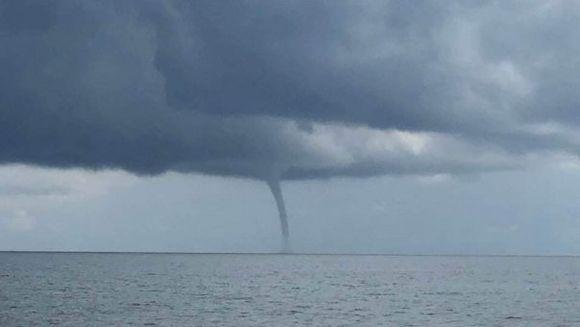 Panica pe litoralul romanesc: o tornada s-a format in largul Marii Negre! Imagini socante de la fata locului