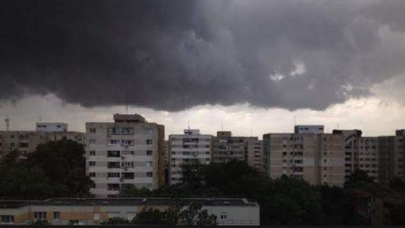 Meteorologii avertizeaza: Romania va fi lovita de un ciclon stationar! Ce se intampla cu vremea in luna august