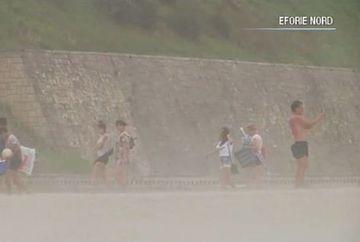 Furtuna de nisip pe litoralul romanesc! Imagini socante de la malul marii: turistii au fost luati prin surprindere! Ce se intampla cu vremea